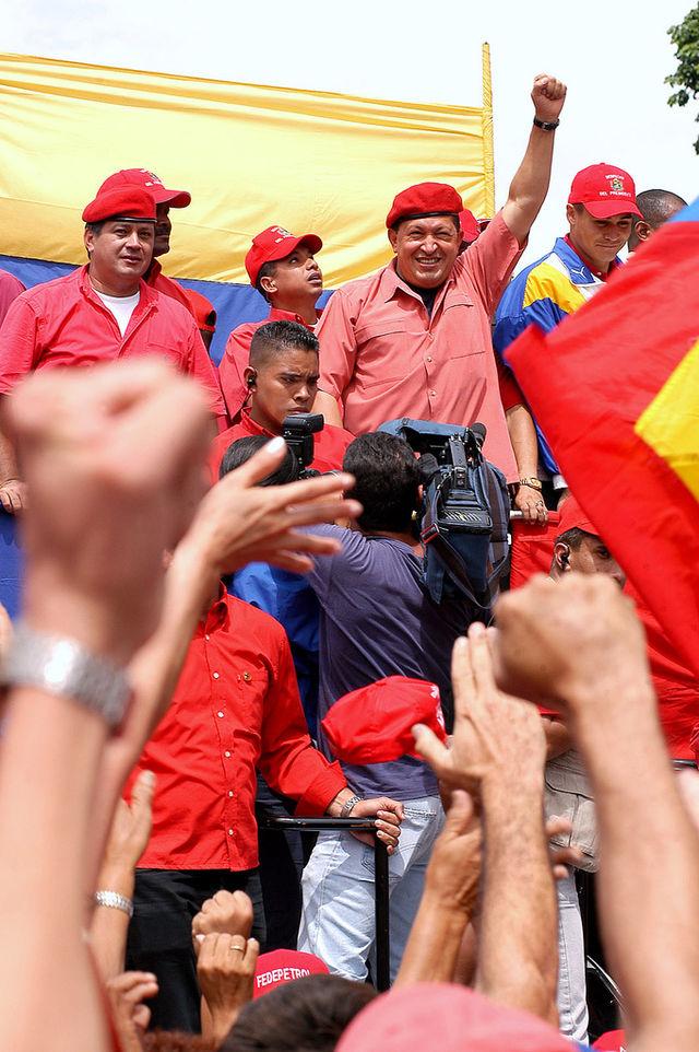 Hugo_Chavez_alzando_el_puño