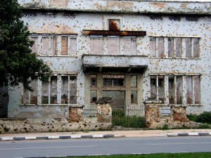 Building_with_Bullet-holes_in_Huambo,_Angola