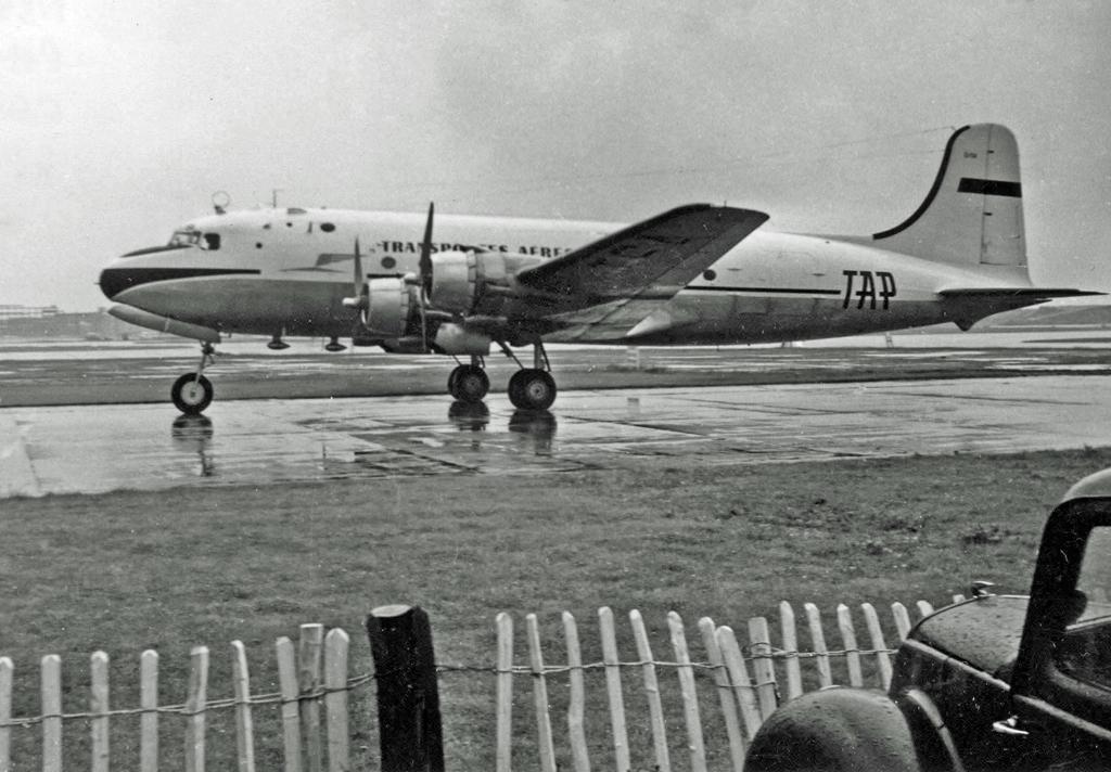 Um Douglas na pista, em 1954. O Estado Novo manteve uma política constante de renovação da frota e de modernização tecnológica