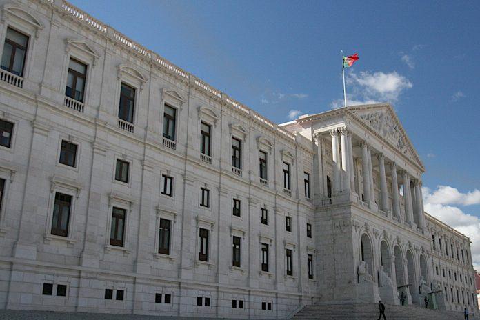 País, Parlamento